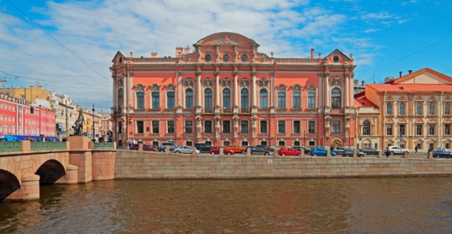 Façades of Saint-Petersburg from the pier Anichkov bridge